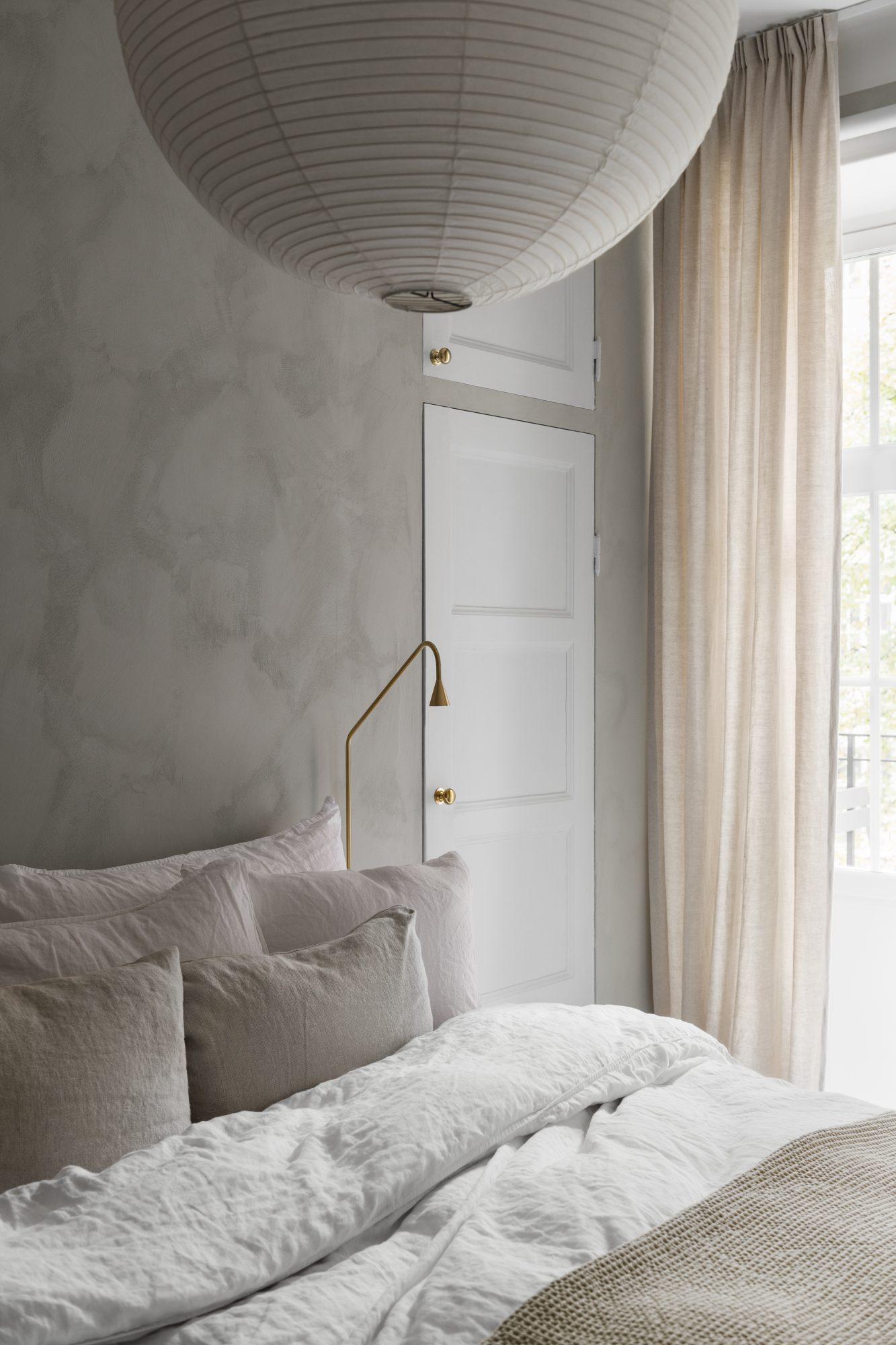 Rå struktur giver et harmonisk soveværelse